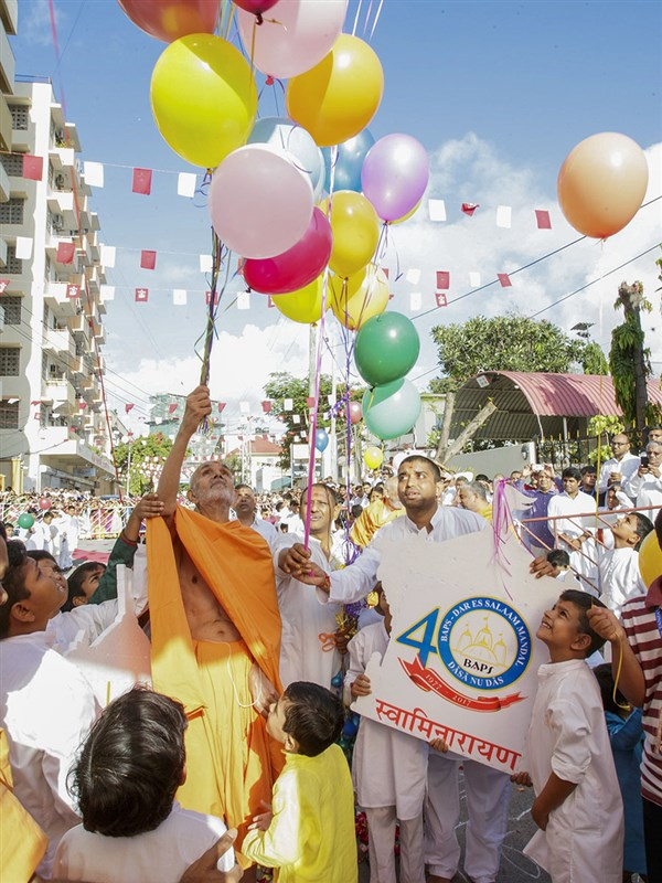 Swamishri releases balloons, 2 Apr 2017