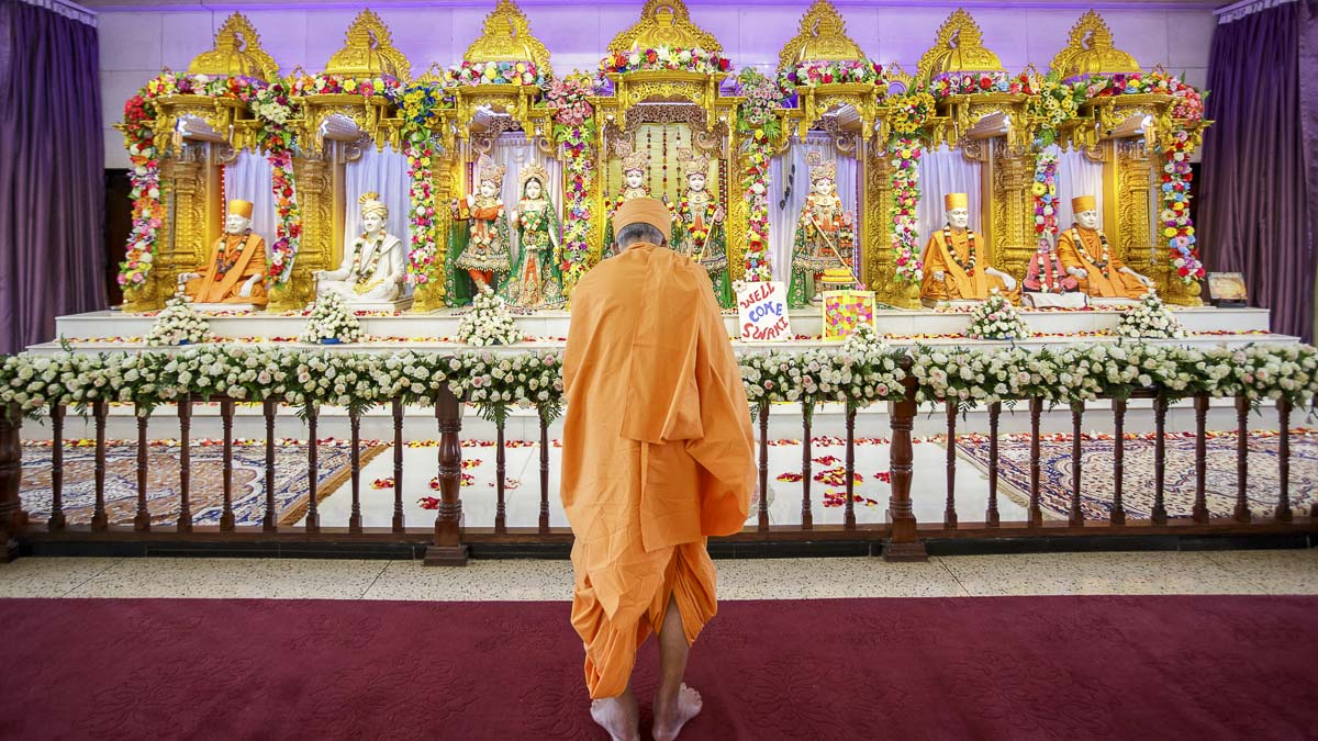 Swamishri performs arti, 5 Apr 2017