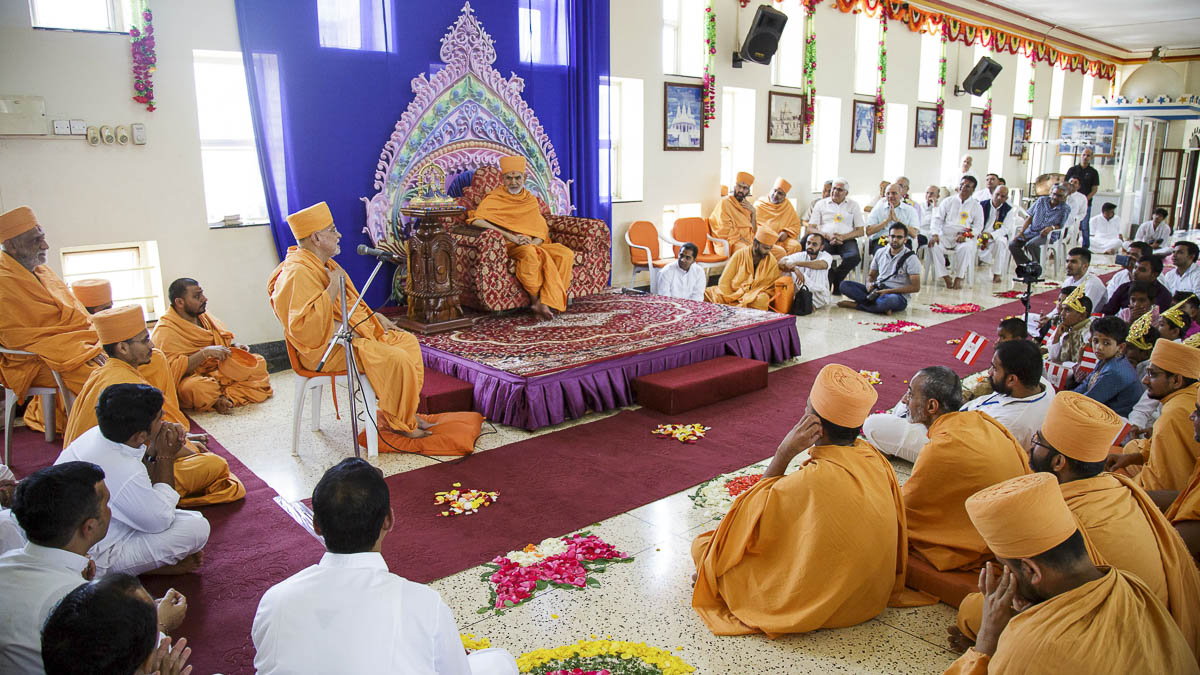 Pujya Ishwarcharan Swami delivers a discourse in the welcome assembly, 5 Apr 2017