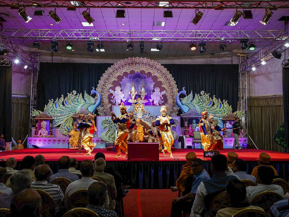 Youths perform a cultural dance in the Shri Hari Jayanti assembly, 5 Apr 2017