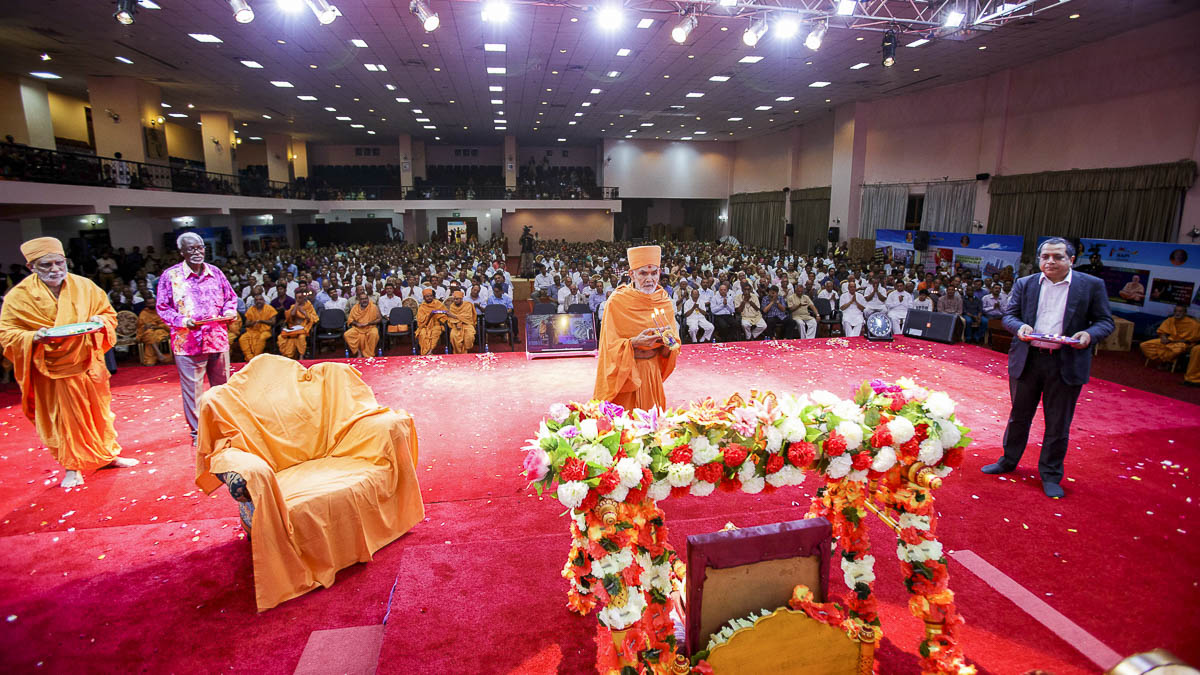 Swamishri and dignitaries perform the Shri Hari janmotsav arti, 5 Apr 2017