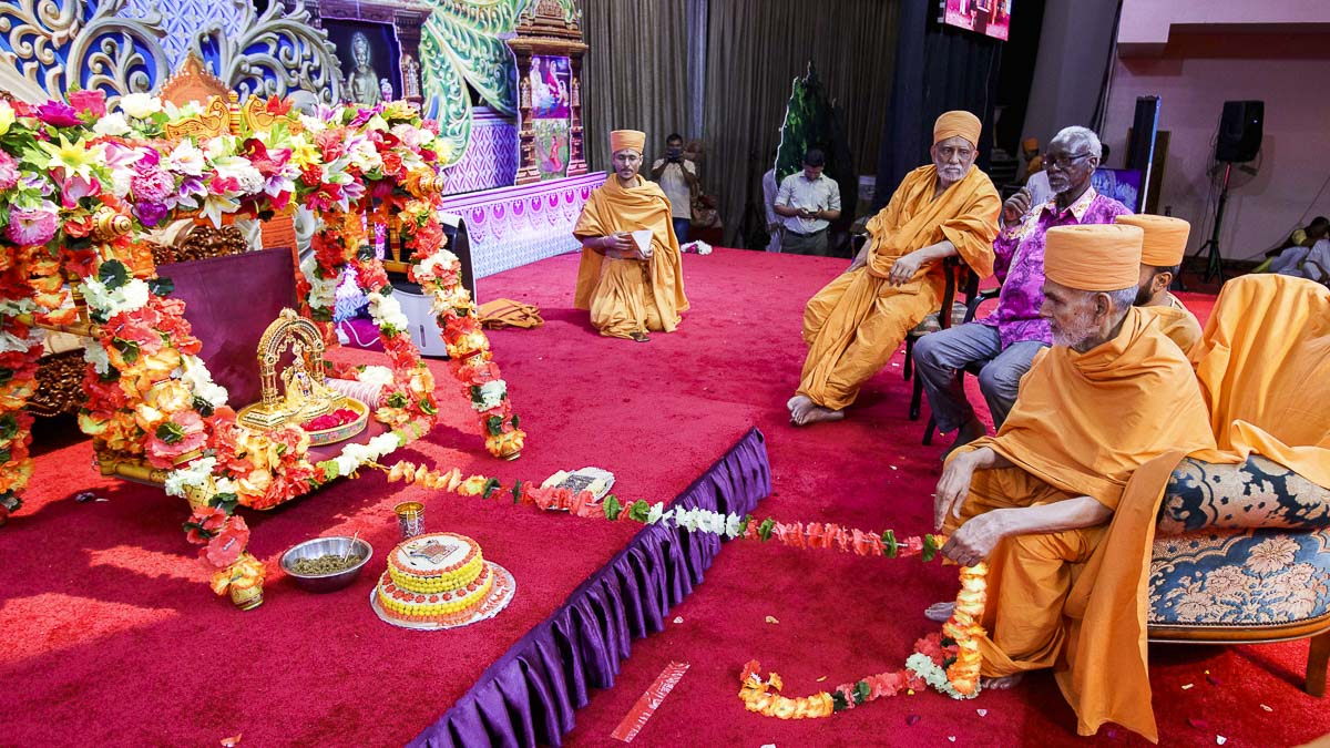 Swamishri swings Shri Harikrishna Maharaj in a hindolo, 5 Apr 2017