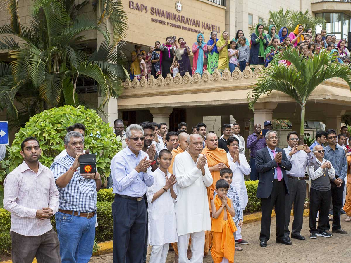 Devotees doing darshan of Swamishri, 12 Apr 2017