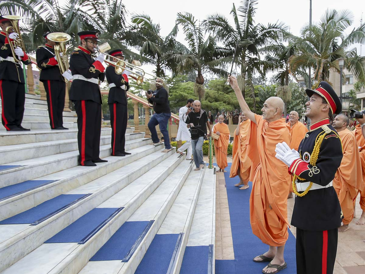 Param Pujya Mahant Swami Maharaj blesses the 'Yogi Marching Band', 13 Apr 2017