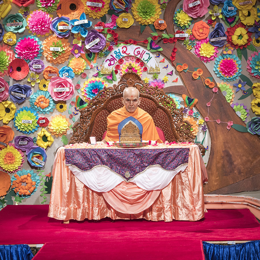 Swamishri performs his morning puja, 13 Apr 2017