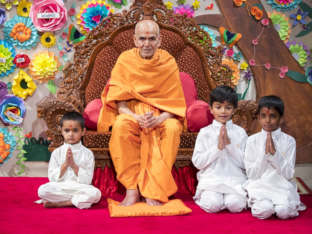 Swamishri blesses children, 13 Apr 2017