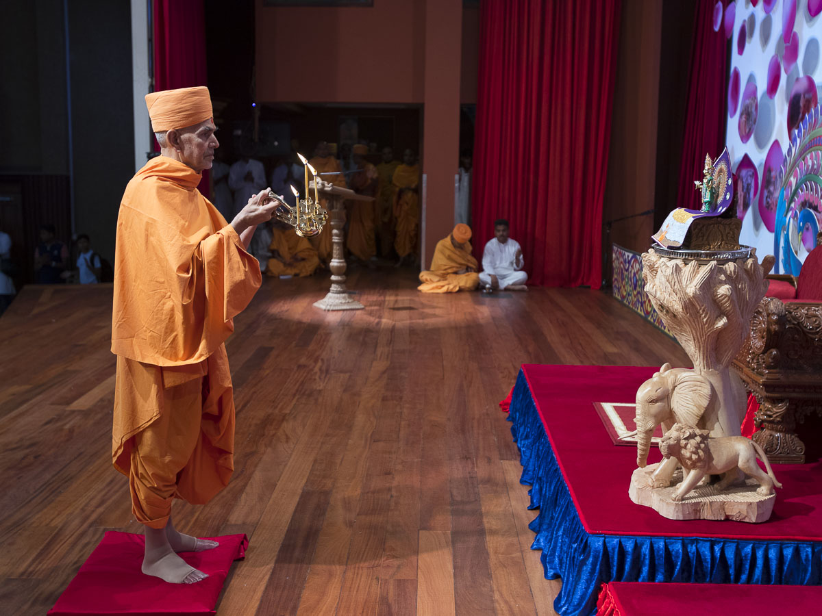 Swamishri performs evening arti, 13 Apr 2017