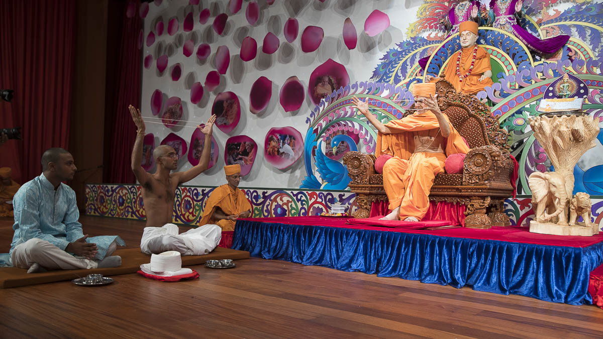 Swamishri and sadhak perform diksha mahapuja rituals, 13 Apr 2017