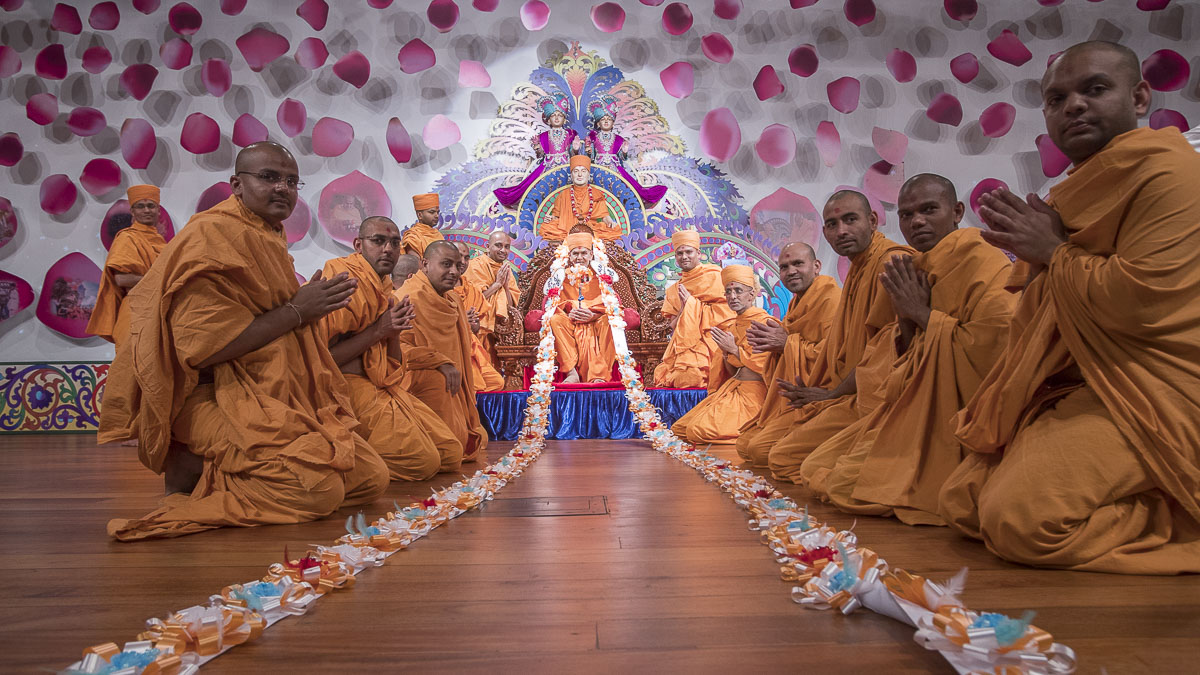 Sadhus honor Swamishri with a garland, 13 Apr 2017