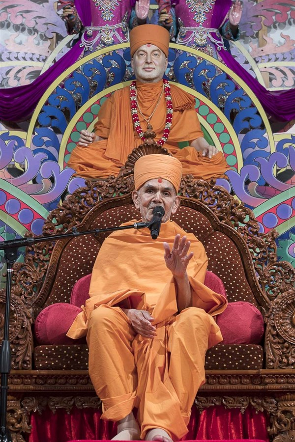 Swamishri blesses the assembly, 13 Apr 2017