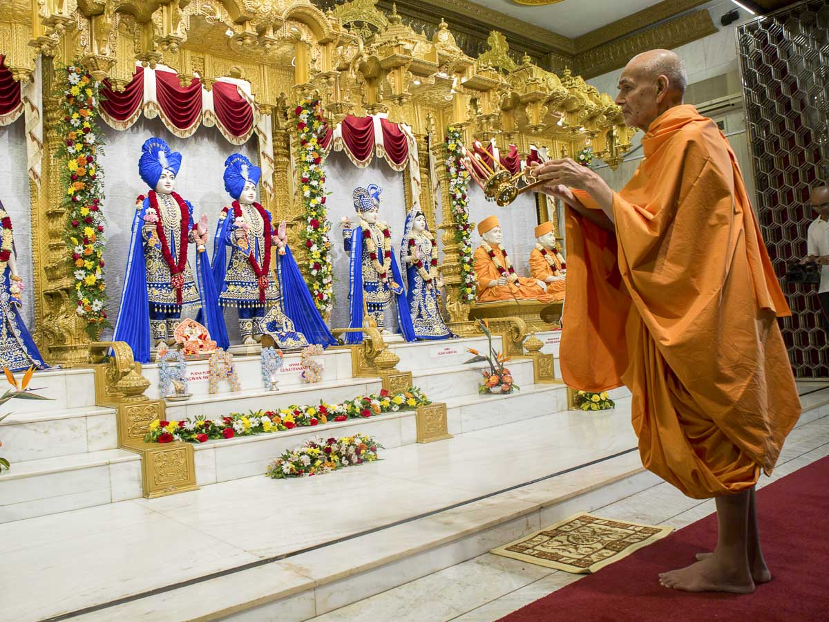 Swamishri performs arti of Thakorji, 14 Apr 2017