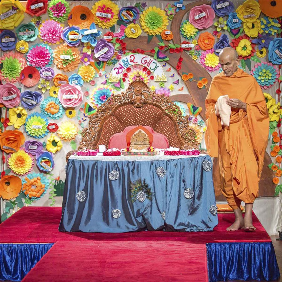 Swamishri performs his morning puja, 14 Apr 2017