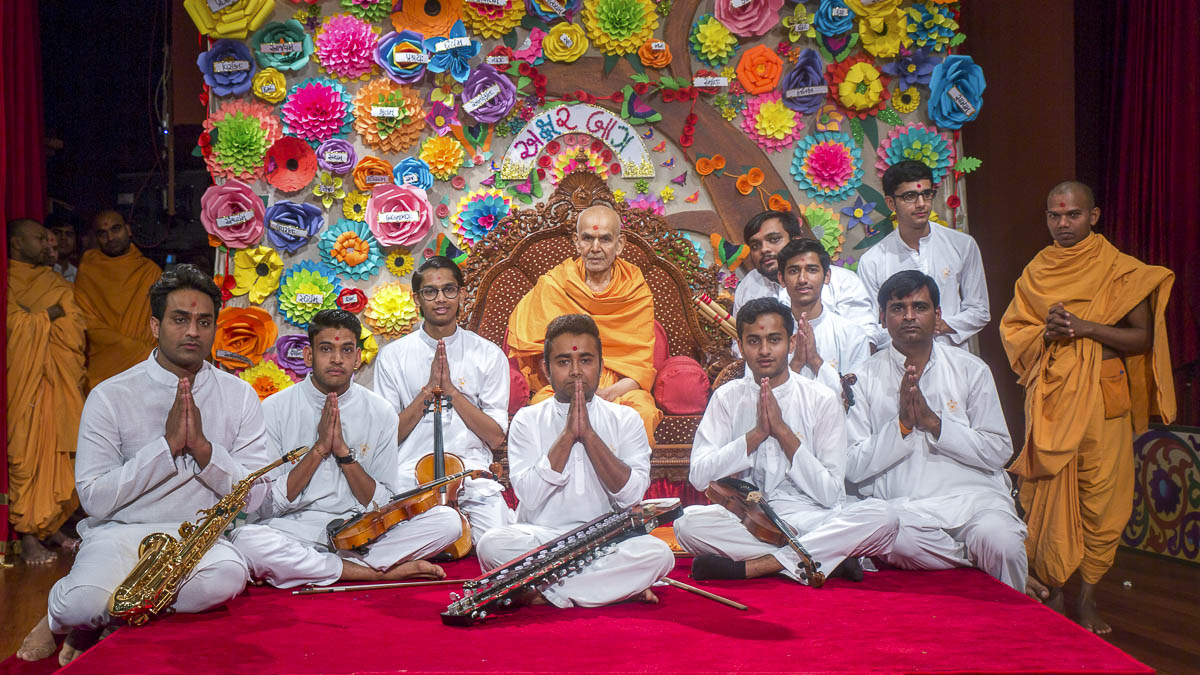 Swamishri blesses youths, 14 Apr 2017