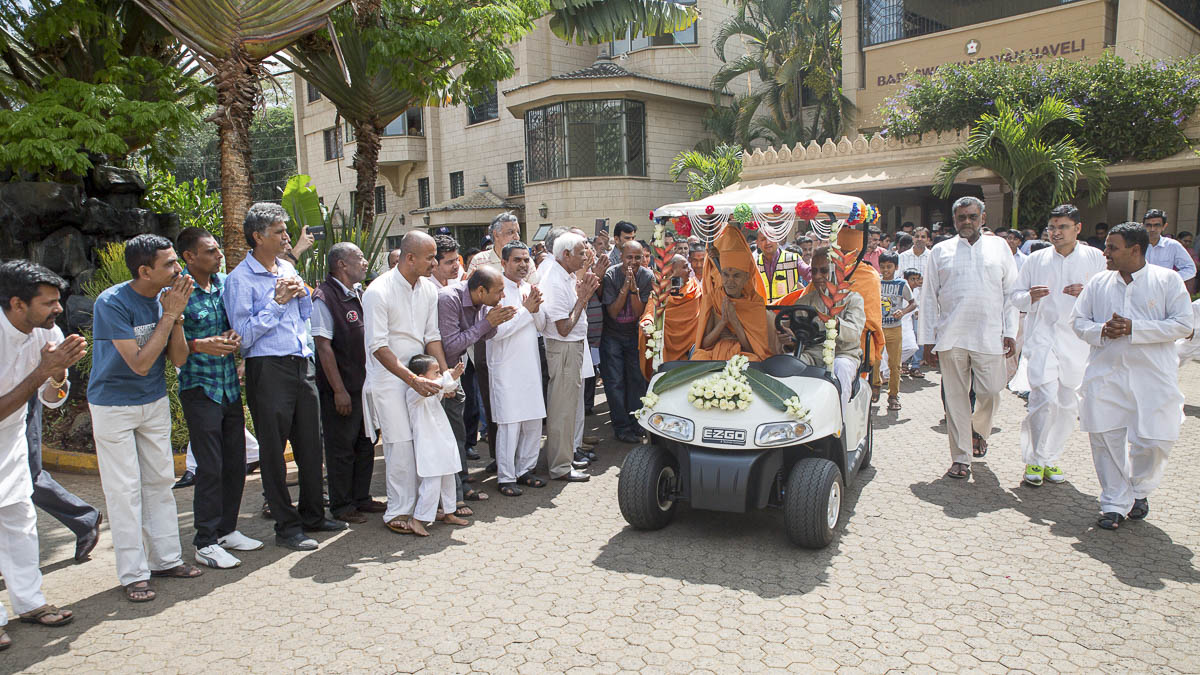 Devotees doing darshan of Swamishri, 14 Apr 2017