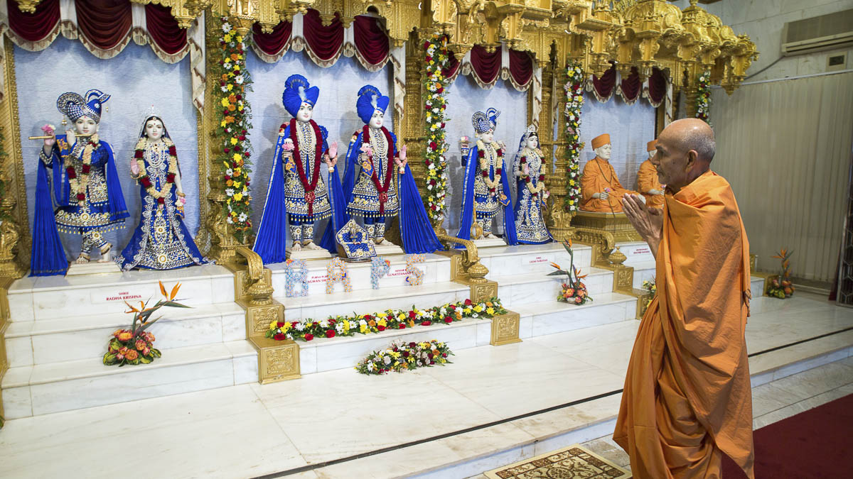 Swamishri engrossed in darshan of Thakorji, 14 Apr 2017