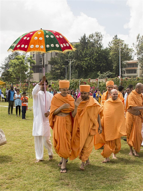 Swamishri departs from Nairobi, 14 Apr 2017