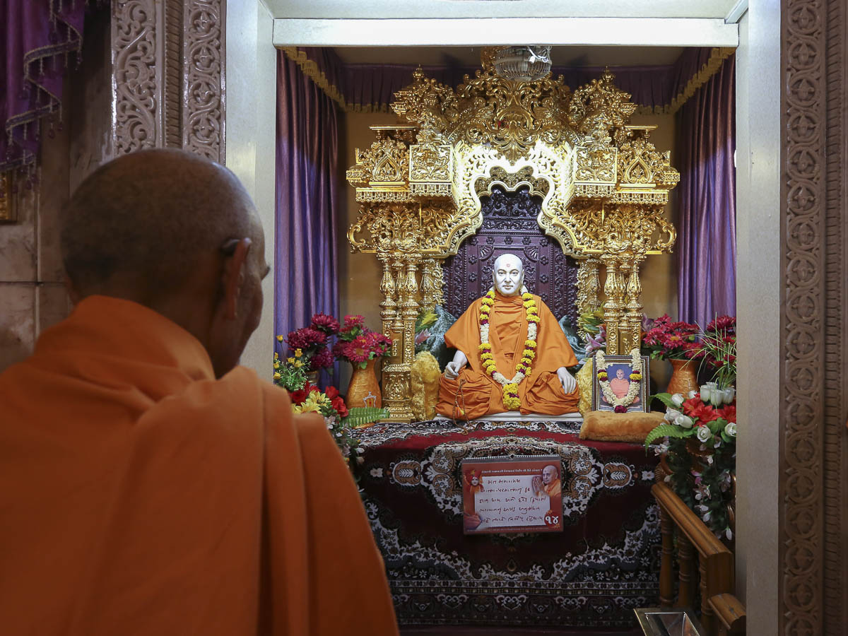 Swamishri engrossed in darshan of Brahmaswarup Pramukh Swami Maharaj, 14 Apr 2017