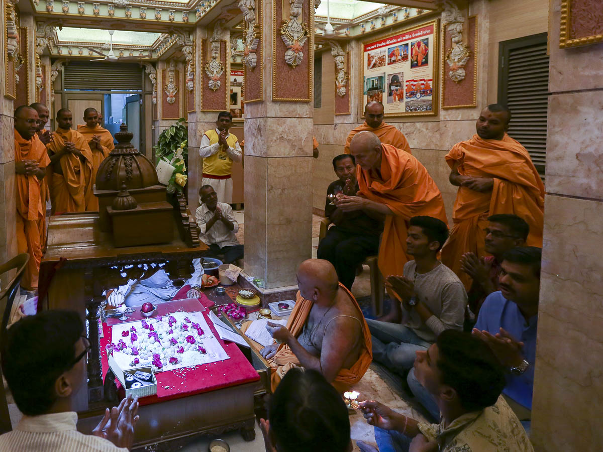 Param Pujya Mahant Swami Maharaj performs morning mahapuja arti, 15 Apr 2017