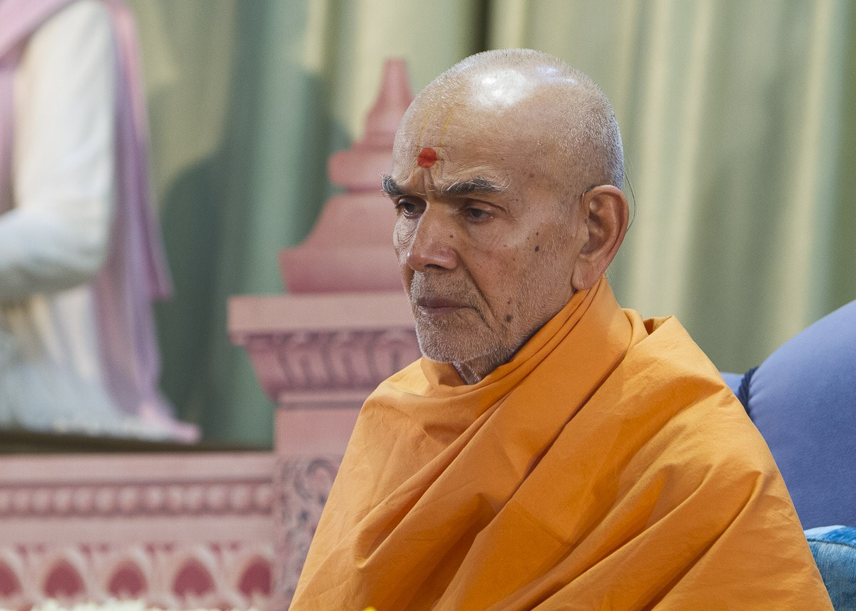 Swamishri performs his morning puja, 15 Apr 2017