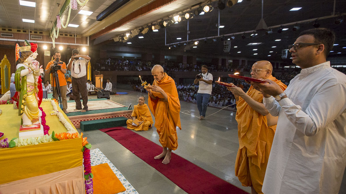 Swamishri and Pujya Ishwarcharan Swami perform pratishtha arti, 16 Apr 2017