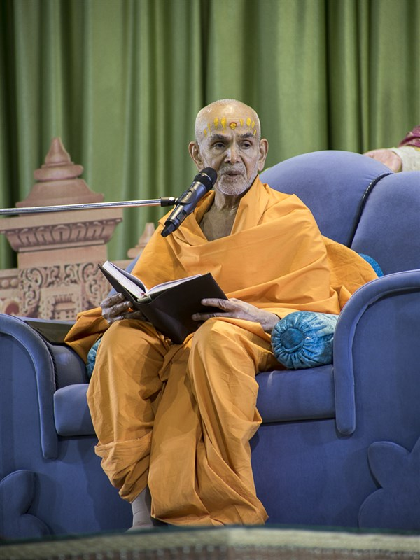 Swamishri blesses the assembly, 16 Apr 2017