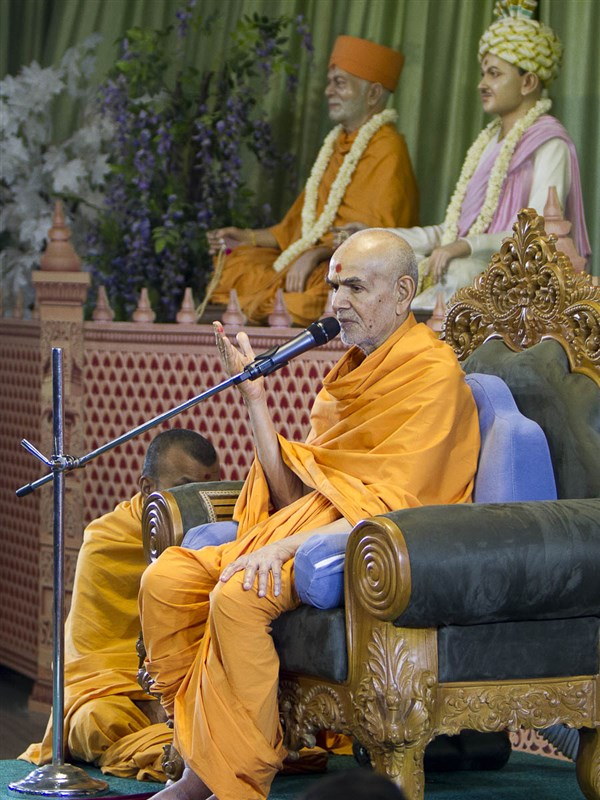 Swamishri blesses the Gramya Din assembly, 17 Apr 2017