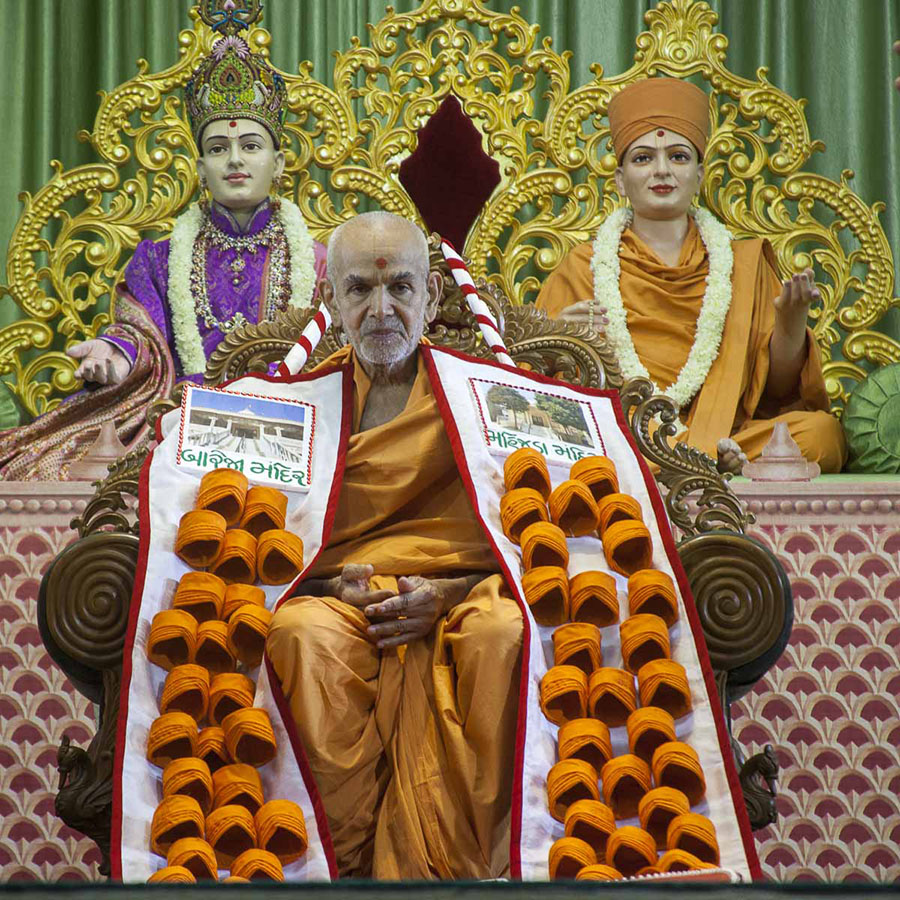 Swamishri honored with a garland, 18 Apr 2017