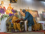 HH Mahant Swami Maharaj inaugurates the book