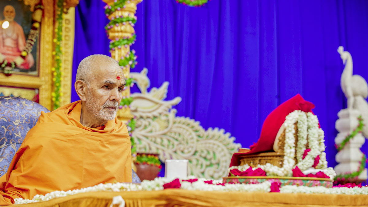 Swamishri performs his morning puja, 25 Apr 2017