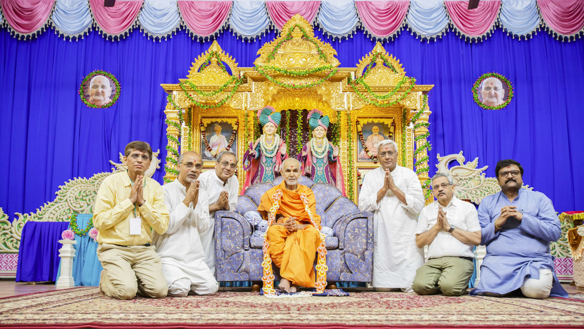 Devotees honor Swamishri with a garland, 25 Apr 2017