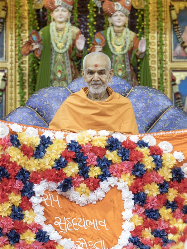 Swamishri honored with a shawl, 28 Apr 2017
