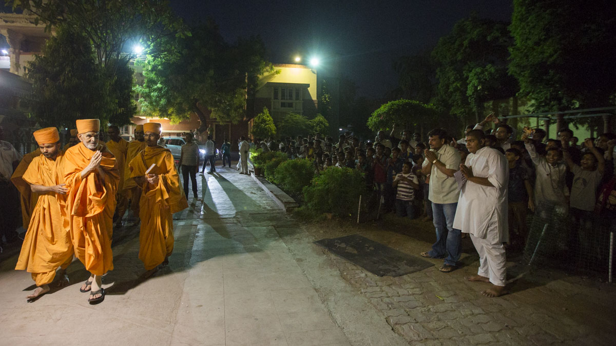 Swamishri arrives at BAPS Shri Swaminarayan Mandir, Ahmedabad, 29 Apr 2017