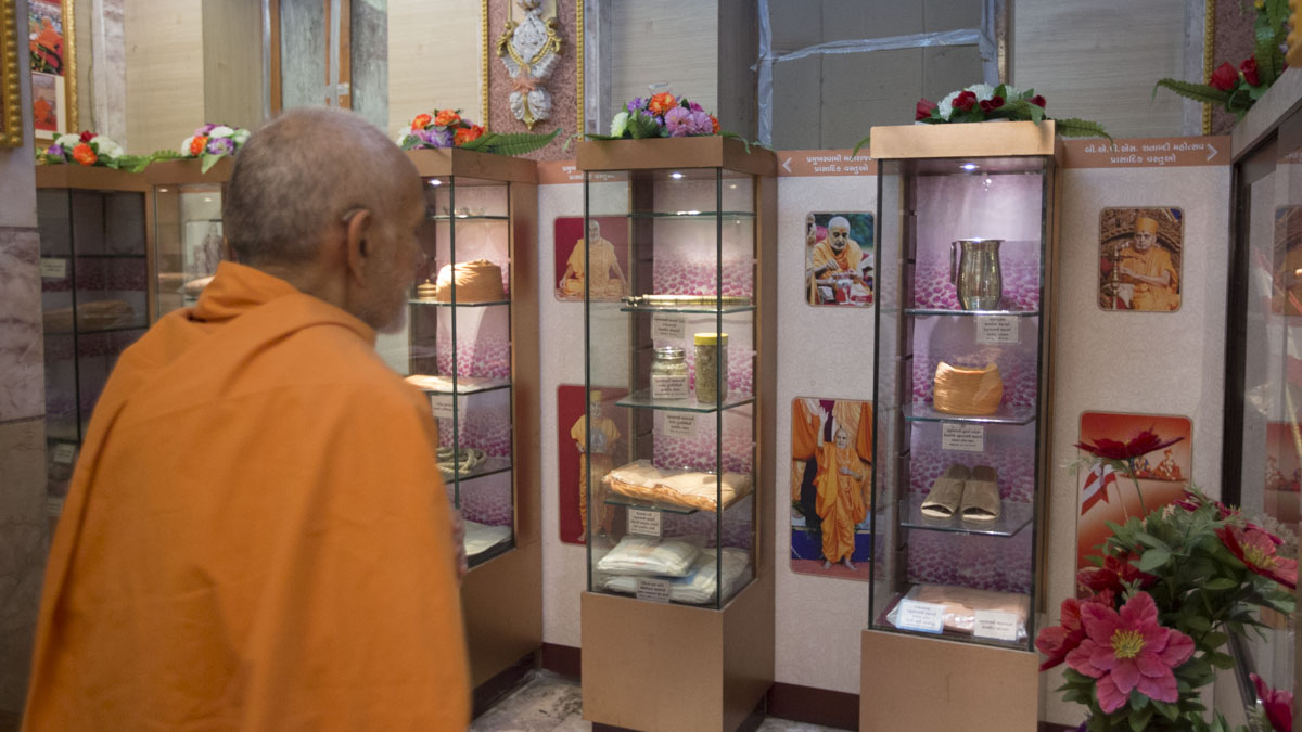 Swamishri engrossed in darshan of holy relics, 29 Apr 2017