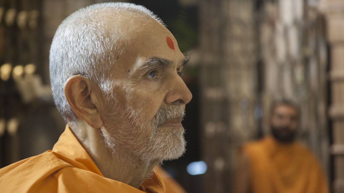 Swamishri engrossed in darshan of Thakorji, 29 Apr 2017