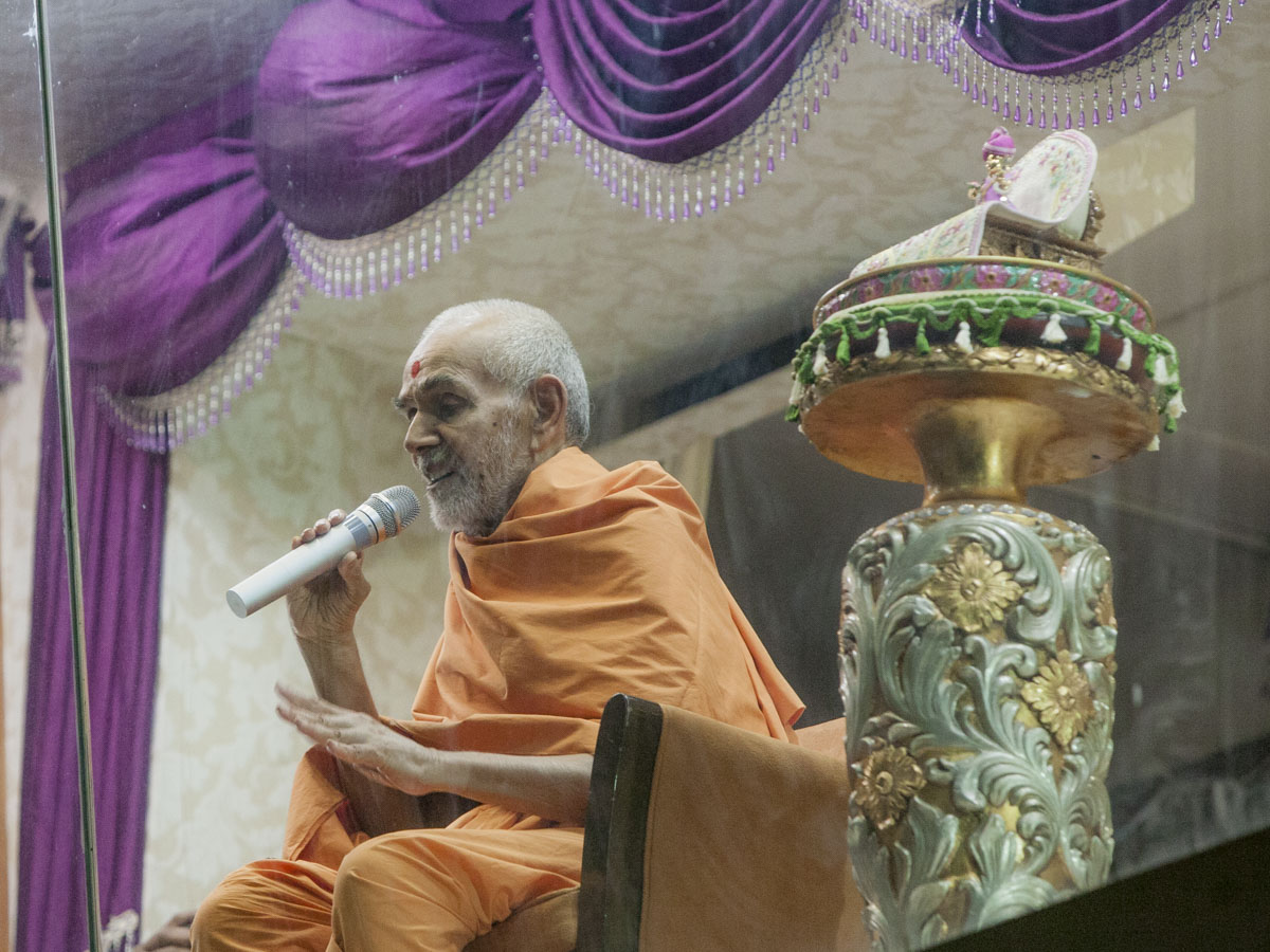 Swamishri blesses devotees, 30 Apr 2017