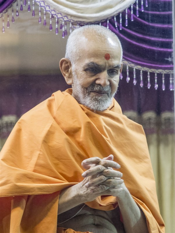 Swamishri greets devotees with 'Jai Swaminarayan', 30 Apr 2017