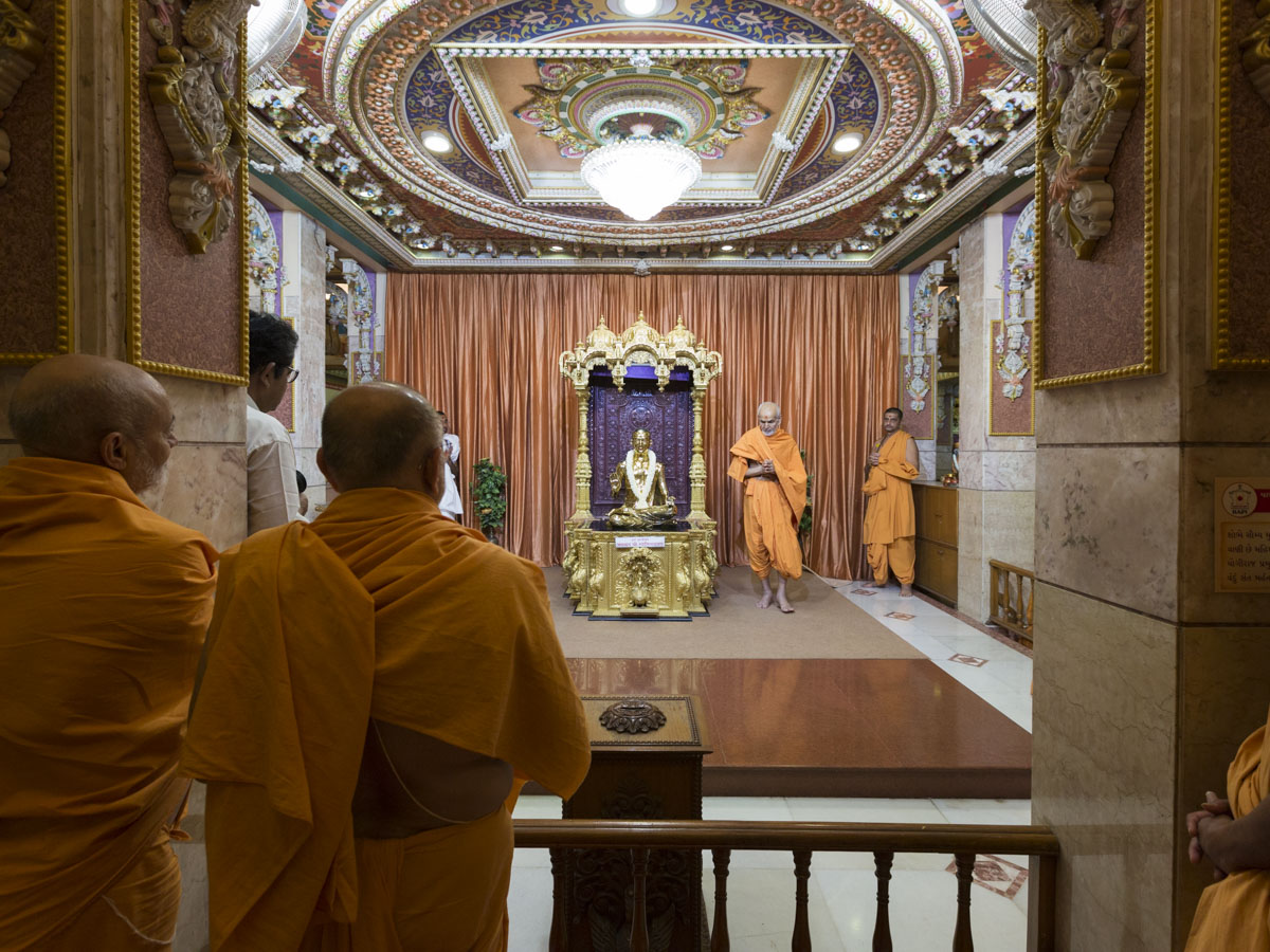 Swamishri performs pradakshina of Bhagwan Swaminarayan, 1 May 2017