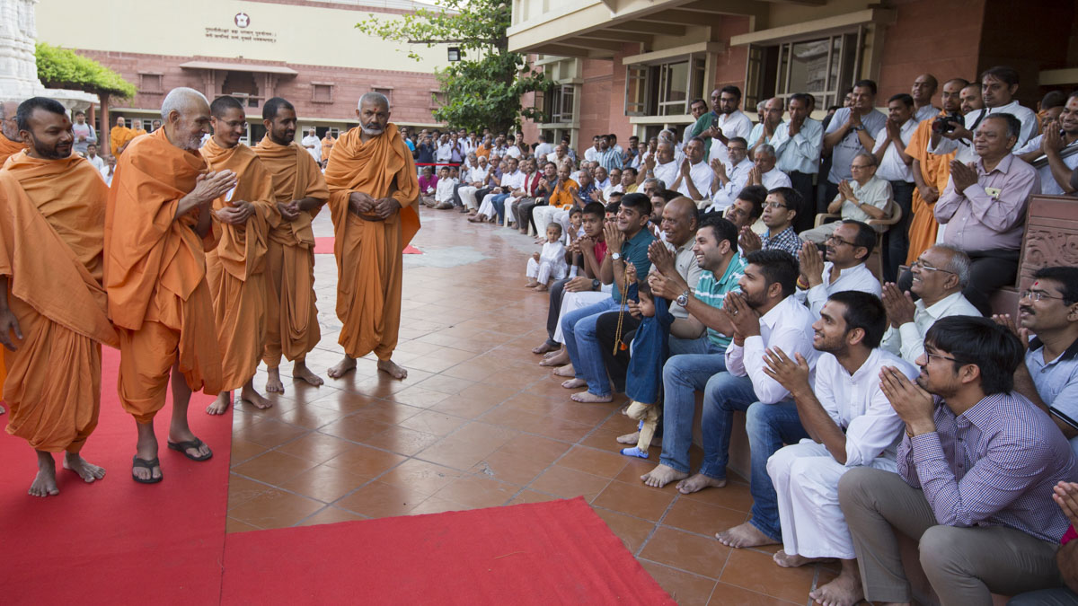 Devotees doing darshan of Swamishri, 1 May 2017