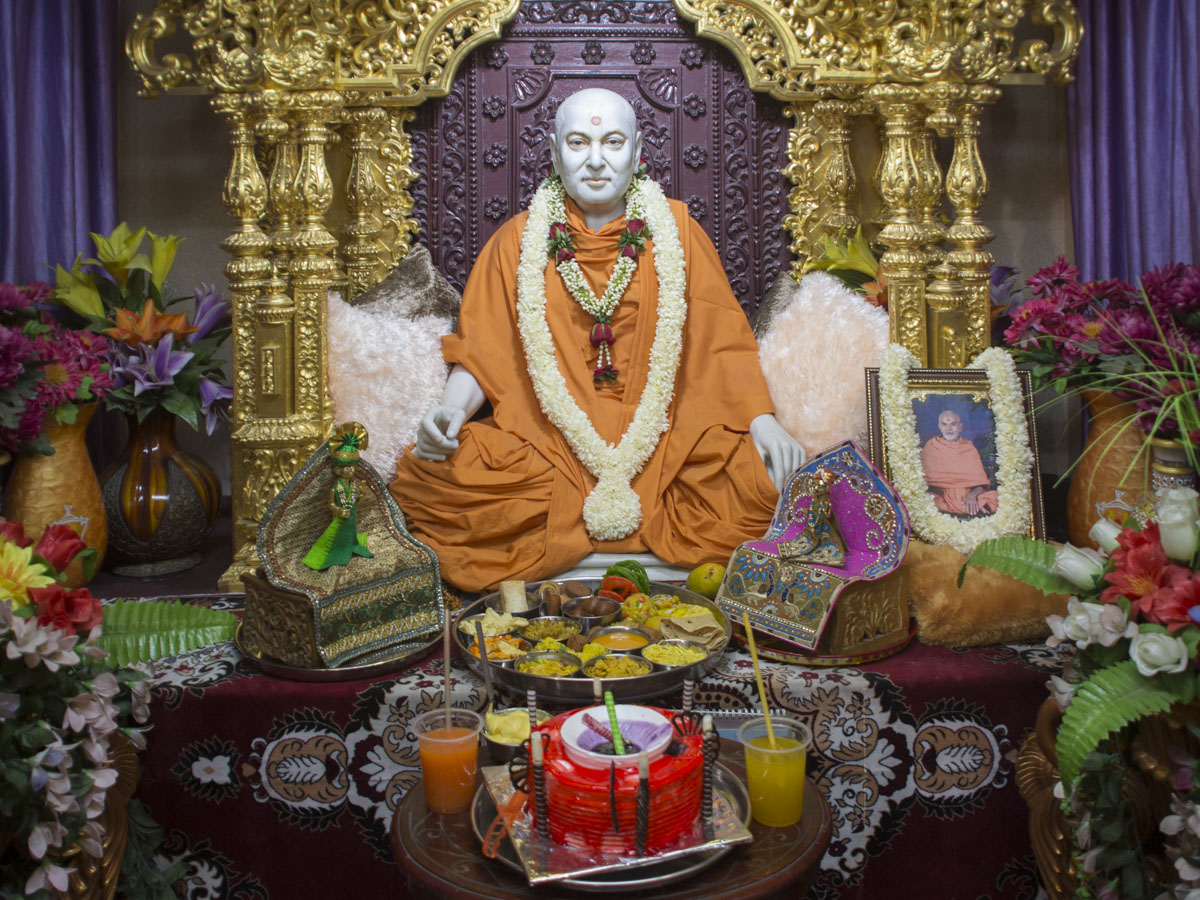 Annakut offered to Brahmaswarup Pramukh Swami Maharaj, 2 May 2017