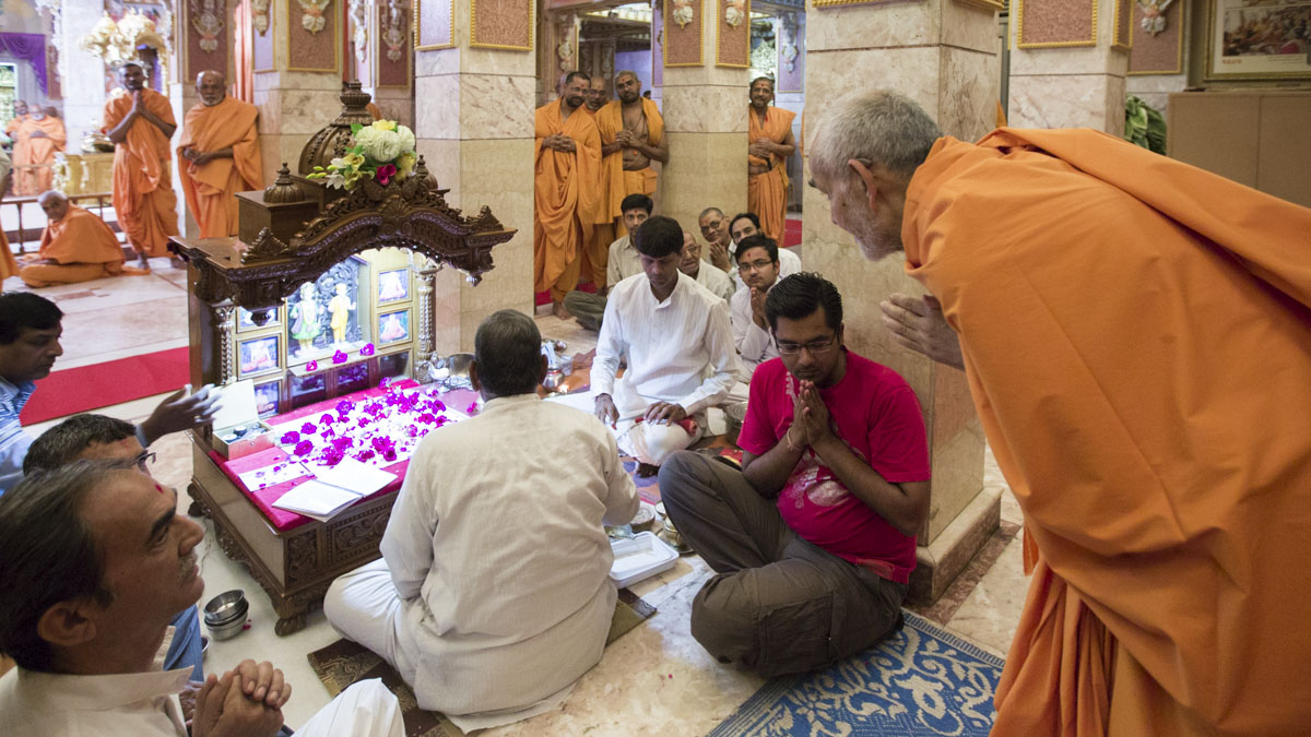 Param Pujya Mahant Swami Maharaj engrossed in darshan of the mahapuja, 3 May 2017