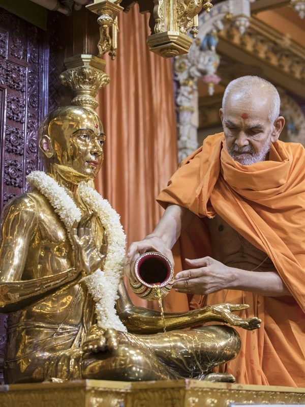 Swamishri performs abhishek of Bhagwan Swaminarayan, 3 May 2017