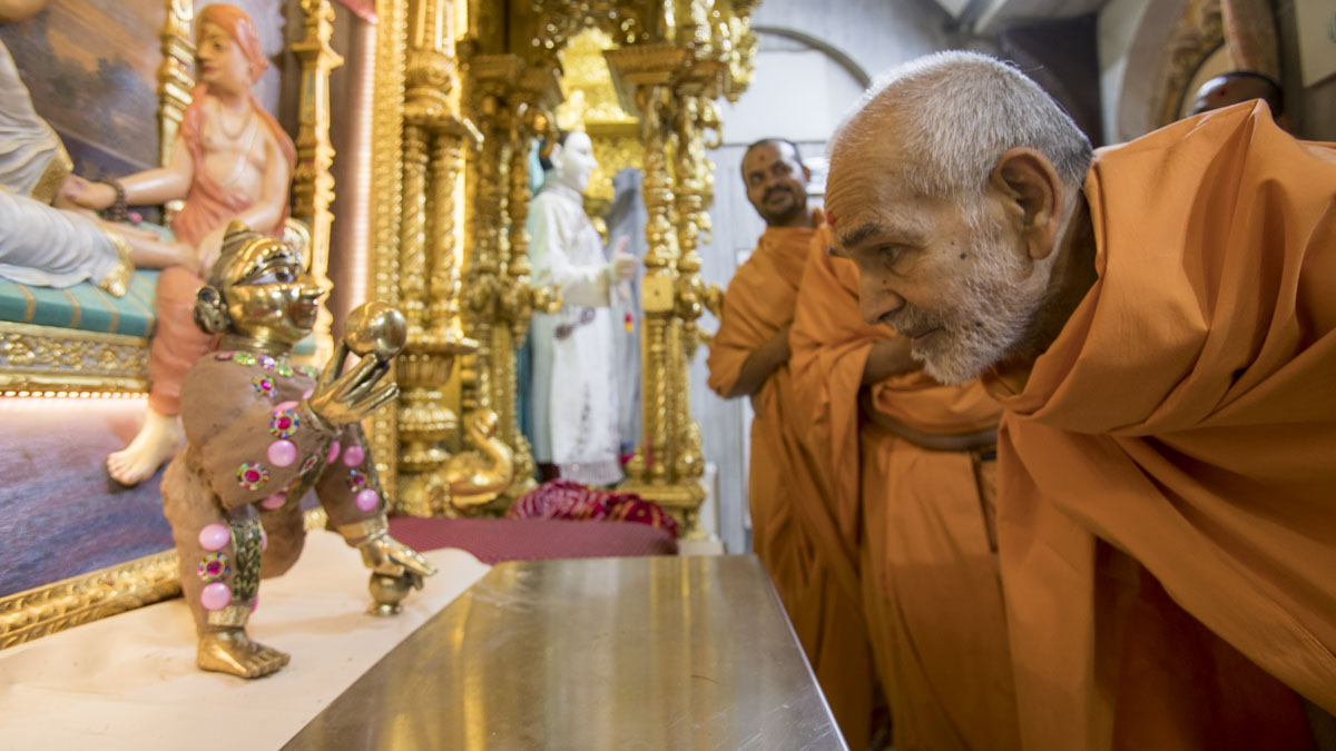Swamishri engrossed in darshan of Thakorji, 3 May 2017