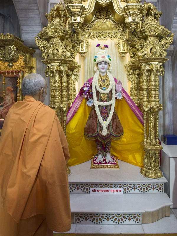 Swamishri engrossed in darshan of Thakorji, 4 May 2017