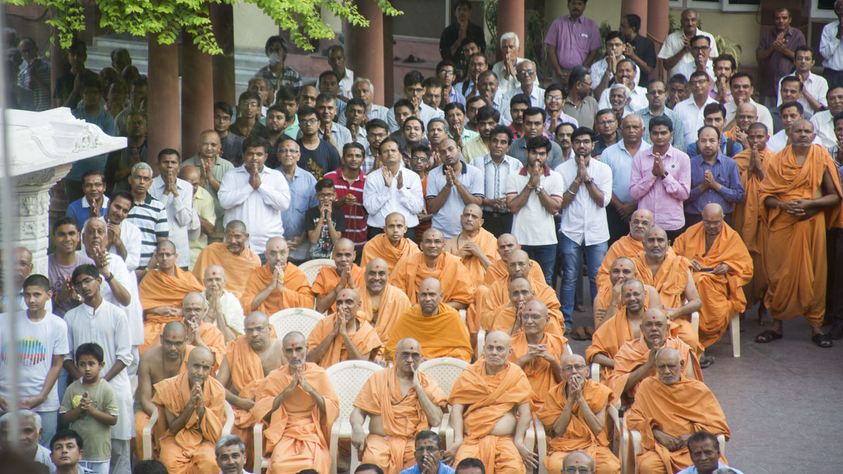 Sadhus and devotees doing darshan of Swamishri, 13 May 2017