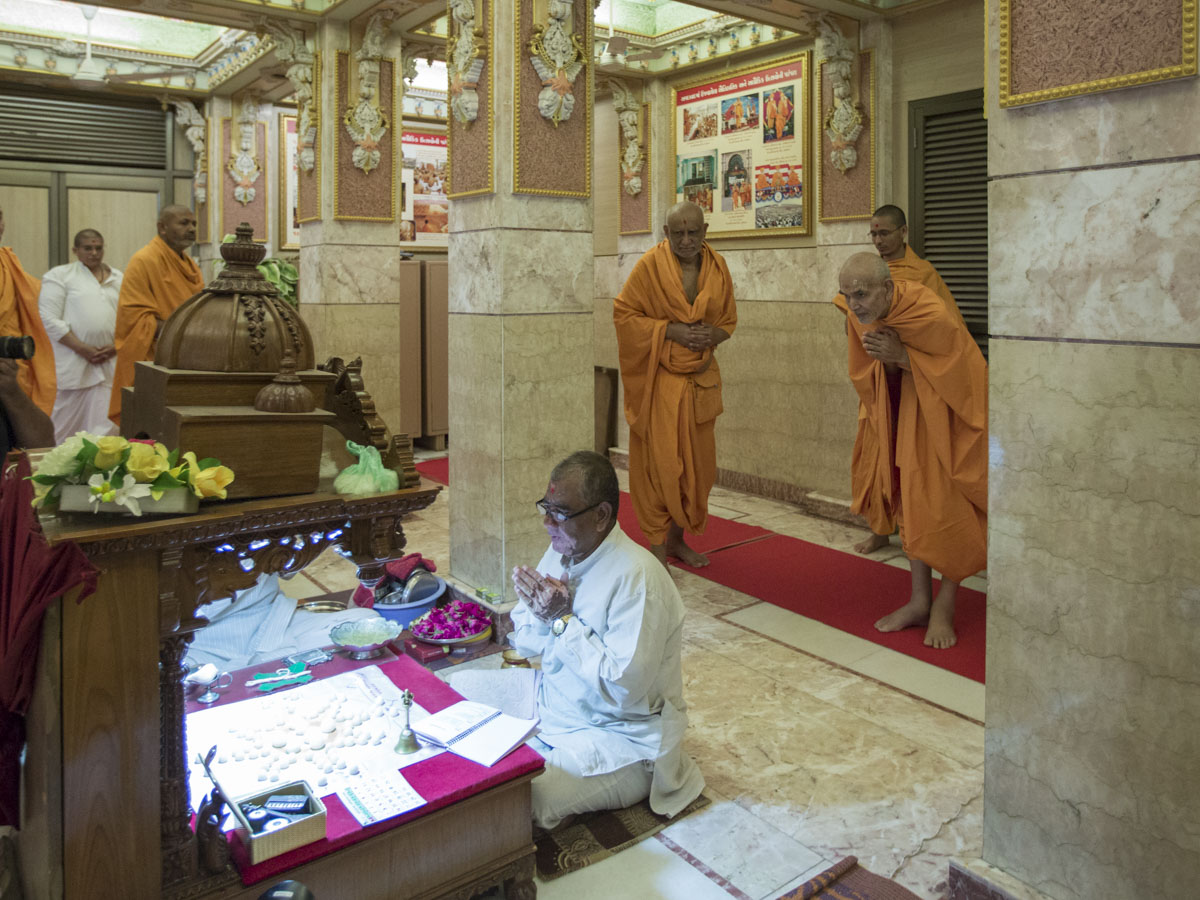 Swamishri engrossed in darshan of the mahapuja, 18 May 2017
