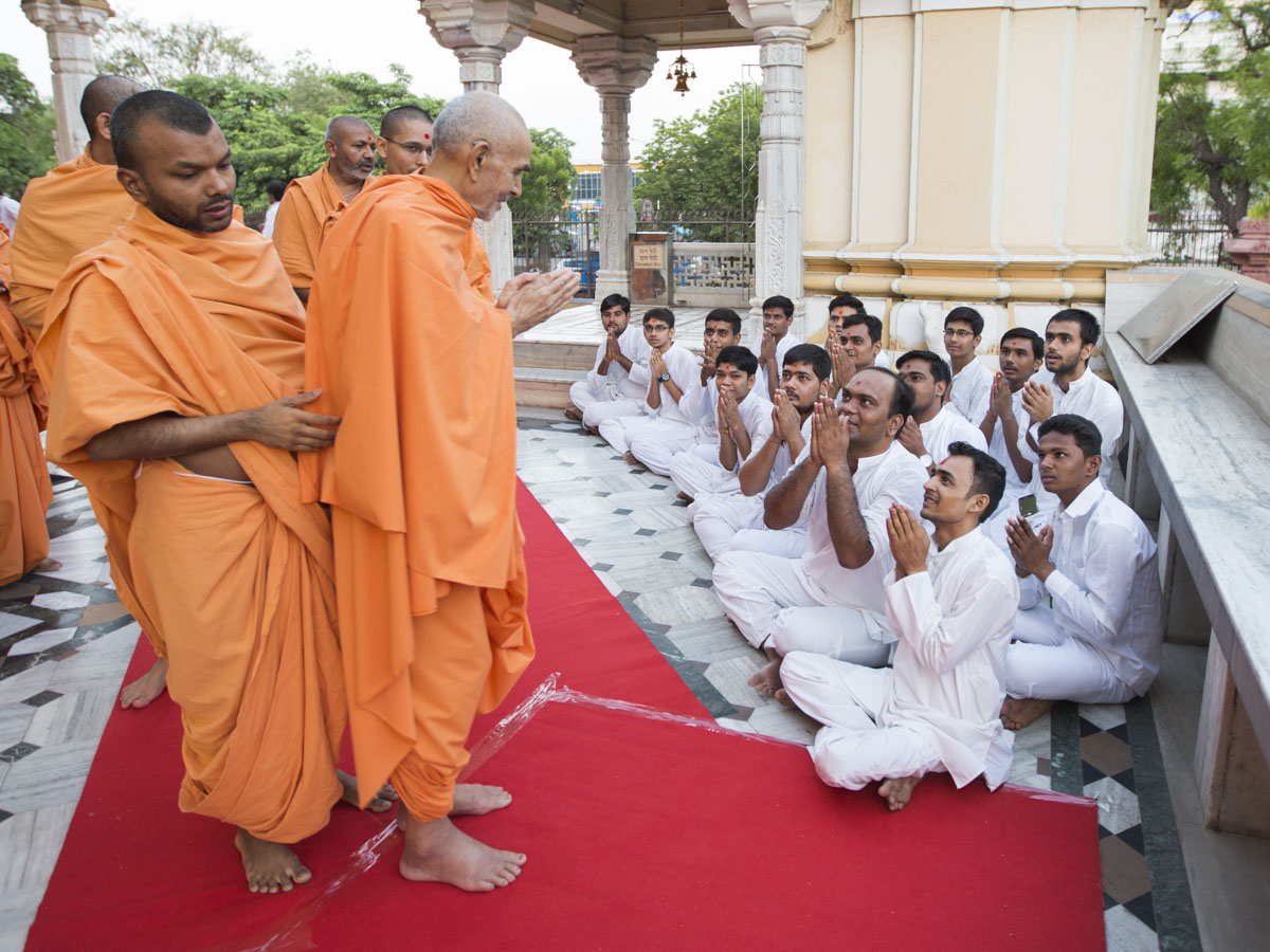 Youths doing darshan of Swamishri, 19 May 2017
