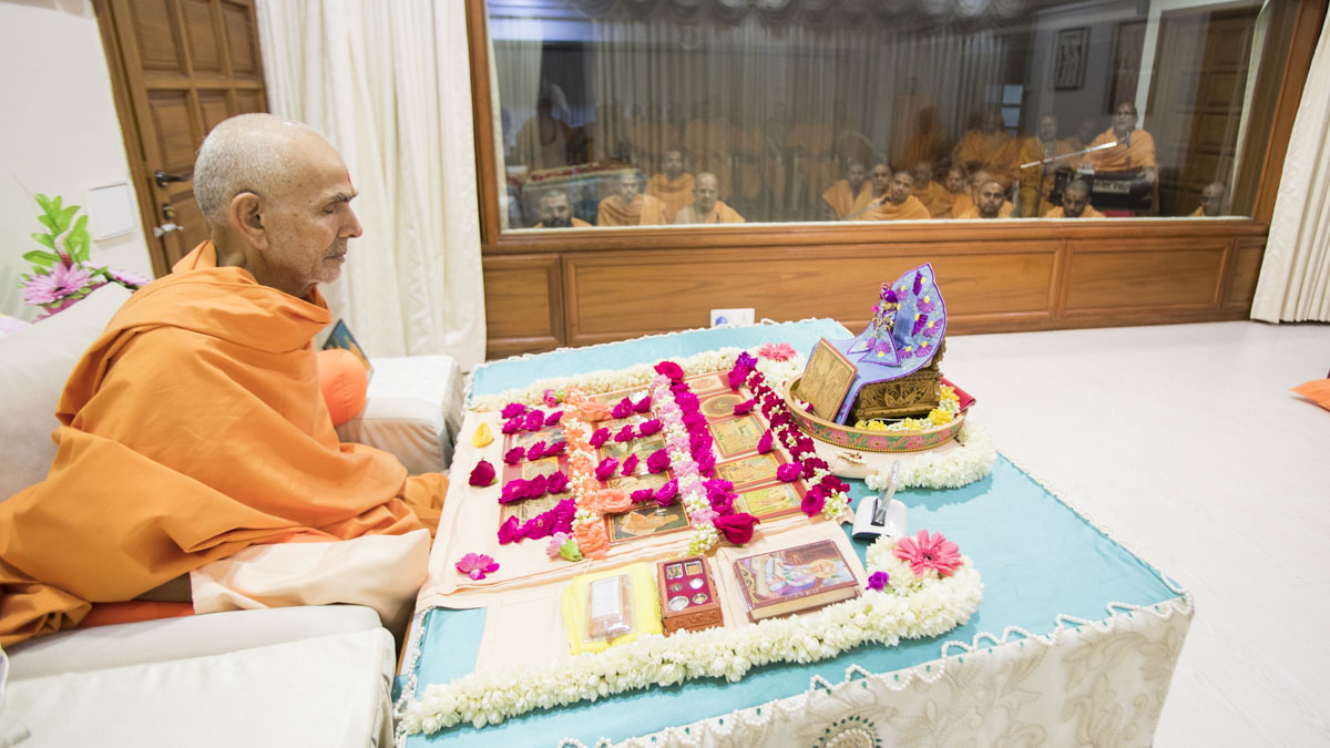 Swamishri performs his morning puja, 19 May 2017