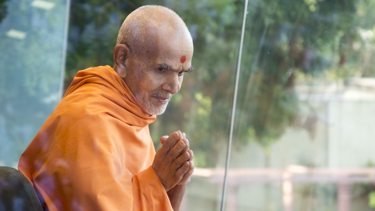 Swamishri arrives in Akshar Jharukho in the morning, 19 May 2017