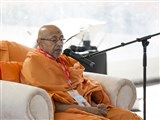 Pujya Tyagvallabh Swami delivers a discourse in the shibir