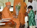 A child welcomes Pujya Tyagvallabh Swami